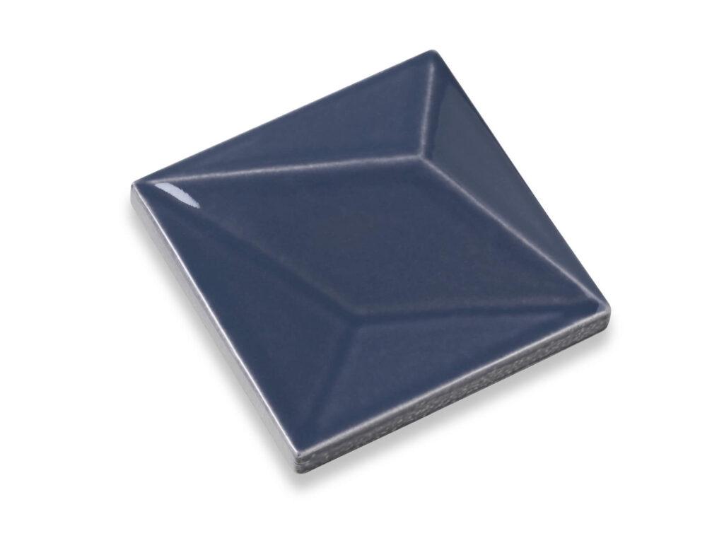 Fliese LUX in der Farbe Ocean Blue. Das Bild zeigt eine einzelne LUX-Fliese in einem dunkelblauen Farbton. Die Datei ist ein Foto im JPEG-Format.