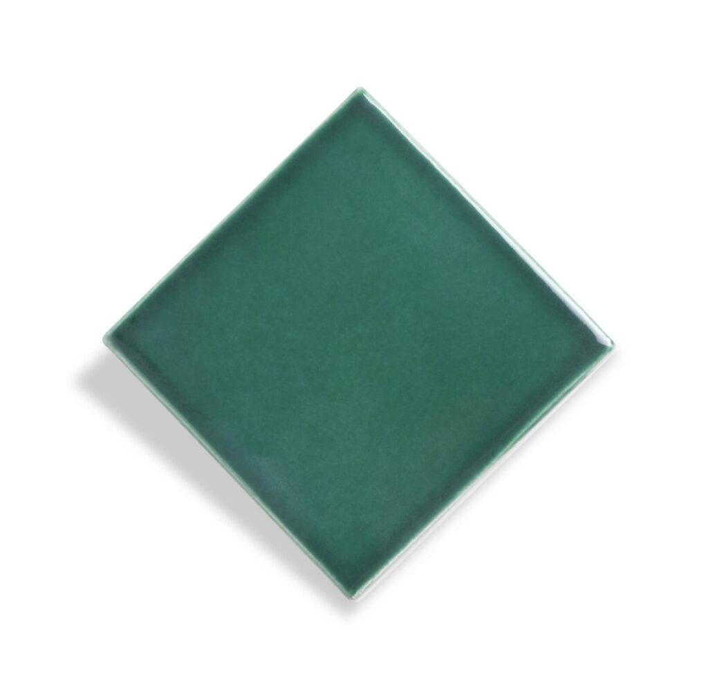 Fliese PLAETTLI in der Farbe Green. Das Bild zeigt eine einzelne PLAETTLI-Fliese in einem gruenen Farbton. Die Datei ist ein Foto im JPEG-Format.