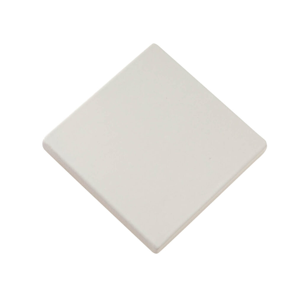 Fliese PLAETTLI in der Farbe White matt. Das Bild zeigt eine einzelne PLAETTLI-Fliese in einem weissen, matten Farbton. Die Datei ist ein Foto im JPEG-Format.