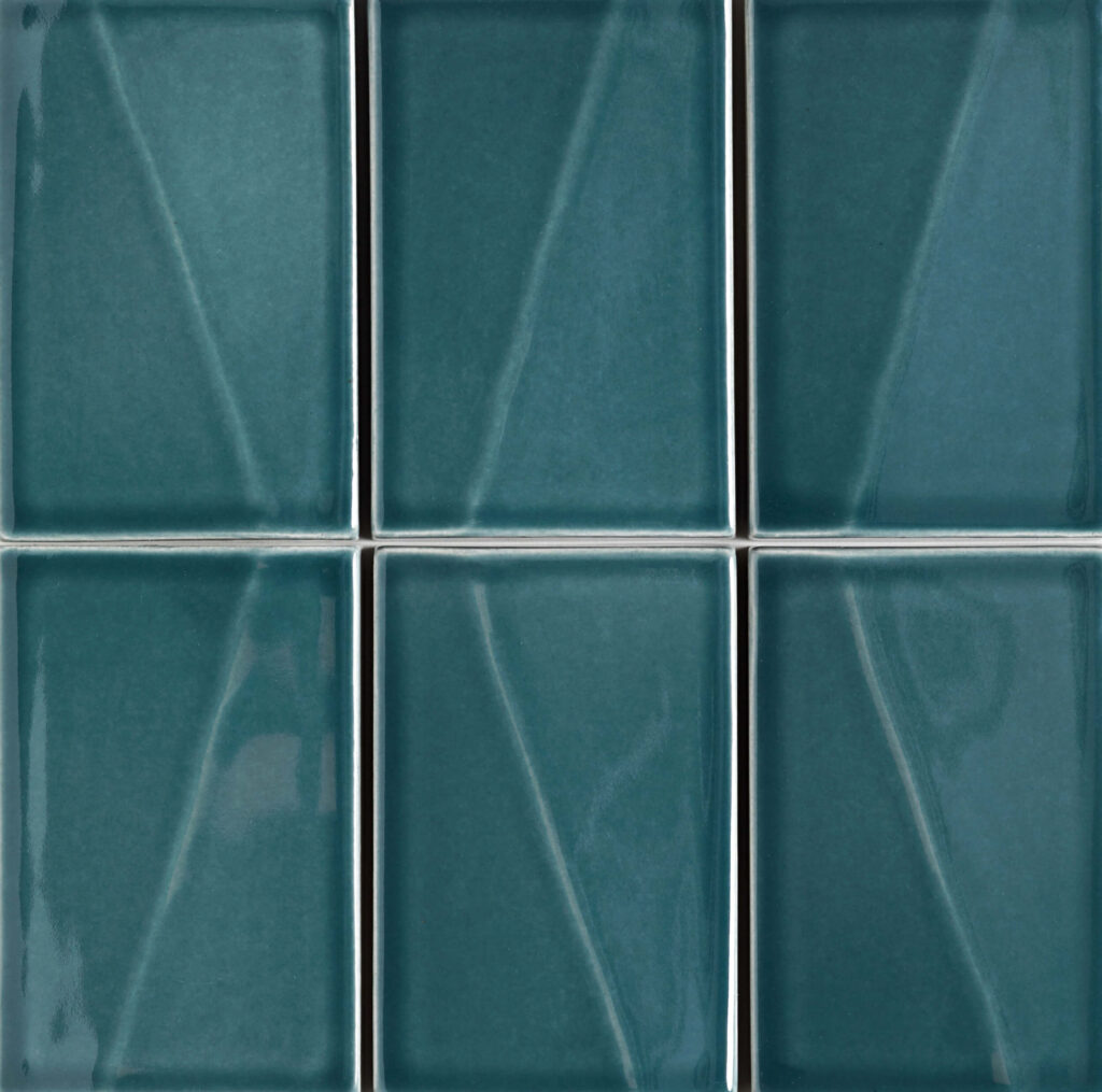 Verbund der Fliese DREIKLANG in der Farbe Petrol. Das Bild zeigt zusammengesetzte DREIKLANG-Fliesen in einem tuerkis-blauen Farbton. Die Datei ist ein Foto im JPEG-Format.