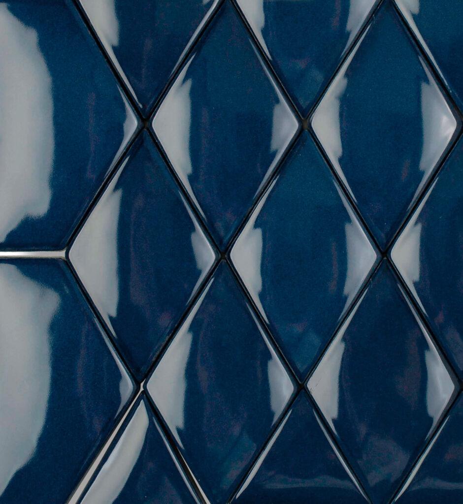 Verbund der Fliese LIMMAT in der Ocean Blue. Das Bild zeigt zusammengesetzte LIMMAT-Fliesen in einem dunkelblauen Farbton. Die Datei ist ein Foto im JPEG-Format.