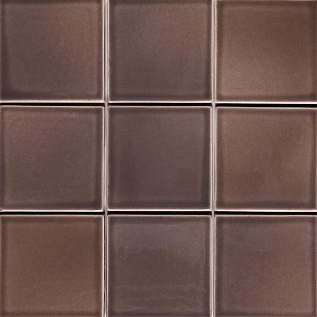 Verbund der Fliese PLAETTLI in der Farbe Mocca. Das Bild zeigt zusammengesetzte PLAETTLI-Fliesen in einem braunen Farbton. Die Datei ist ein Foto im JPEG-Format.